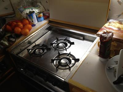 gas stove in galley.jpg