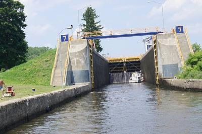 Click image for larger version  Name:erie canal lock closeup.jpg Views:311 Size:130.1 KB ID:31711